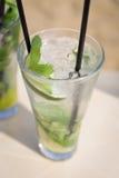 Коктеиль свежести питья мяты mohito Mojito на пляже Стоковая Фотография RF