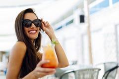 Коктеиль сексуальной женщины выпивая в лете Стоковое Изображение RF