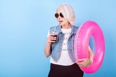 Коктеиль стильной старшей женщины выпивая и кольцо держать lifebuoy Стоковое Изображение RF