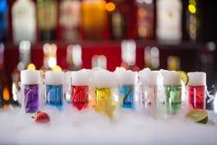 Коктеиль с паром льда на столе бара стоковые фотографии rf