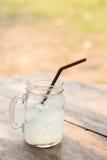 Коктеиль с льдом и лимоном на деревянном столе Стоковые Изображения RF