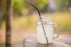 Коктеиль с льдом и лимоном на деревянном столе Стоковое фото RF