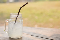 Коктеиль с льдом и лимоном на деревянном столе Стоковое Изображение RF