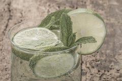 Коктеиль Mojito украшенный с известкой и мятой на деревянном столе Стоковые Изображения RF
