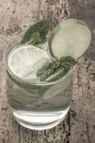 Коктеиль Mojito украшенный с известкой и мятой на деревянном столе Стоковое Фото