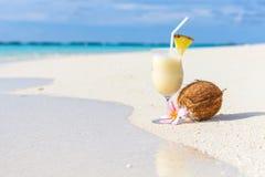 Коктеиль Pina Colada на пляже Стоковое фото RF