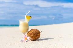 Коктеиль Pina Colada на пляже Стоковое Изображение