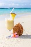Коктеиль Pina Colada на пляже Стоковые Фотографии RF