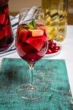 Коктеиль sangria лета в бокале, плите с ягодами кизила Стоковое фото RF