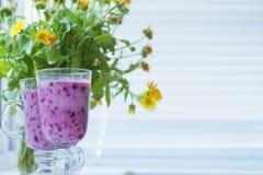 Коктеиль smoothie ягоды лета сочный стоковые фото