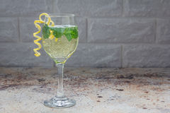 Коктеиль Spritzer при белое вино, мята и лед, украшенные с спиральным пылом лимона, копирует космос Стоковое фото RF