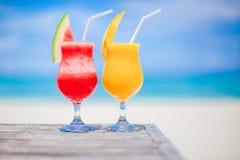 2 коктеиля арбуза и манго на предпосылке сногсшибательного моря бирюзы Стоковые Фото