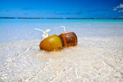 2 коктеиля кокоса на пляже с белым песком рядом с чистой морской водой Каникулы и концепция перемещения Стоковые Изображения