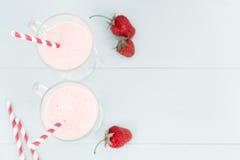 2 коктеиля мороженого розовых с клубниками Стоковые Фотографии RF