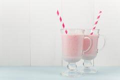 2 коктеиля мороженого розовых с клубниками Стоковые Изображения RF