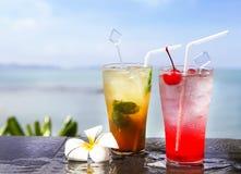 2 коктеиля на бассейне Стоковые Фото