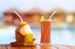 2 коктеиля на пляжном комплексе Стоковые Изображения RF