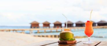 2 коктеиля на роскошном пляжном комплексе, панораме Стоковое Фото