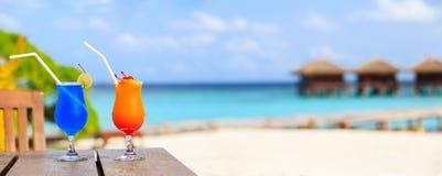 2 коктеиля на роскошном пляжном комплексе, широкой панораме Стоковое фото RF