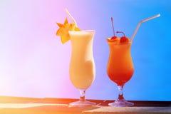 2 коктеиля на роскошном пляжном комплексе Стоковое Изображение