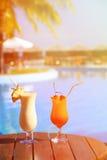 2 коктеиля на роскошном пляжном комплексе Стоковые Фотографии RF
