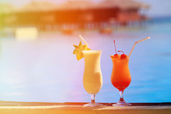 2 коктеиля на роскошном пляжном комплексе Стоковые Изображения RF