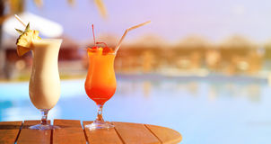 2 коктеиля на роскошном пляжном комплексе Стоковая Фотография