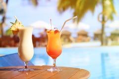 2 коктеиля на роскошном пляжном комплексе Стоковое Изображение RF
