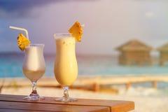 2 коктеиля на роскошном пляжном комплексе Стоковые Изображения