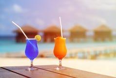 2 коктеиля на роскошном тропическом курорте Стоковые Изображения