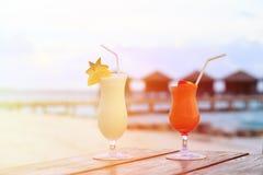 2 коктеиля на роскошном тропическом пляже Стоковое Изображение