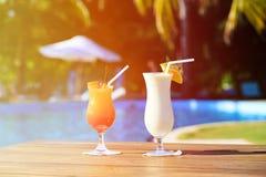 2 коктеиля на роскошном тропическом пляже Стоковые Изображения