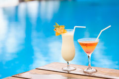 2 коктеиля на роскошном тропическом пляже Стоковая Фотография