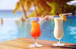 2 коктеиля на роскошном тропическом пляже Стоковые Фотографии RF