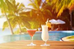 2 коктеиля на роскошном тропическом пляже Стоковая Фотография RF