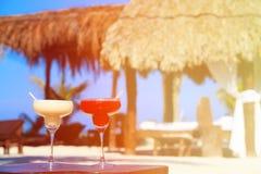 2 коктеиля на роскошном тропическом пляже Стоковое фото RF