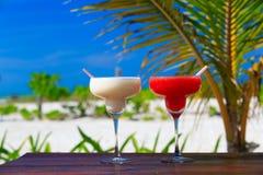 2 коктеиля на роскошном тропическом пляже Стоковые Фото