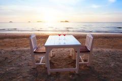 2 коктеиля на таблице в роскошном пляжном ресторане Стоковое Изображение RF