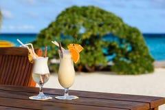 2 коктеиля на тропическом пляже Стоковые Изображения