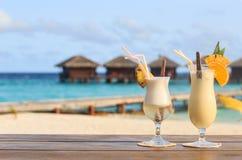 2 коктеиля на тропическом пляже Стоковая Фотография