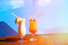 2 коктеиля на тропическом пляжном комплексе Стоковое Изображение RF