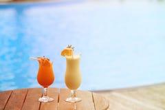 2 коктеиля на тропическом пляжном комплексе Стоковые Фотографии RF