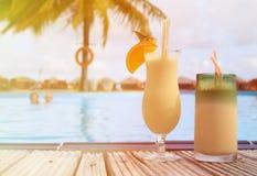 2 коктеиля на тропическом пляжном комплексе Стоковое Фото