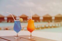 2 коктеиля на тропическом пляжном комплексе Стоковая Фотография
