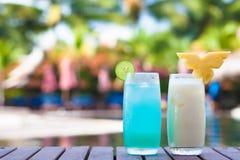 2 коктеиля около тропического бассейна Стоковое Фото