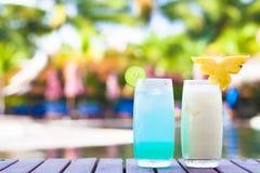 2 коктеиля около тропического бассейна Стоковые Фото