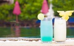 2 коктеиля около тропического бассейна Стоковая Фотография