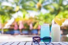 2 коктеиля около тропического бассейна Стоковое Изображение RF