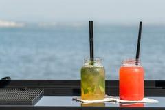 2 коктеиля перед водой Стоковое Фото