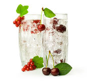 2 коктеиля с смородинами и вишнями Стоковое Изображение RF